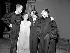 """Ingmar Bergman (1918-2007), cinéaste et metteur en scène de théâtre suédois, entouré des acteurs d'""""Urfaust"""". De gauche à droite : Max Von Sydon, Gunnel Lindblom, Ingmar Bergman et Toivo Pawlo. 5 mai 1959. © TopFoto / Roger-Viollet"""