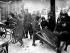 Mr Mickleburgh, vendeur de pianos anglais, donnant une centaine de ses pianos afin que la population puisse se servir du bois pour se chauffer. Bristol (Angleterre), 31 janvier 1947. © PA Archive/Roger-Viollet
