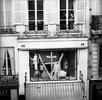 Ceremony for General De Gaulle's coming into office as the President of the French Republic. Shop window decorated with a Cross of Lorraine and a V for Victory. Paris, on January 8, 1959. © Roger-Viollet