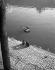 """La Seine. """"Amoureux sur les quais"""". Paris. Photographie de René Giton dit René-Jacques (1908-2003). Bibliothèque historique de la Ville de Paris. © René-Jacques/BHVP/Roger-Viollet"""