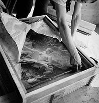 The painting Diana Leaving Her Bath back to the Louvre museum after the war. Paris, 1945. © Pierre Jahan/Roger-Viollet
