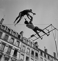 Circus : Clérans, funambulists and acrobats. France, circa 1935 © Gaston Paris / Roger-Viollet