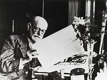 "Sigmund Freud travaillant sur son manuscrit ""The man Moses and the monotheistic religion"". Londres (Angleterre), 1938. © Imagno/Roger-Viollet"