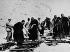Soulèvement tibétain de 1959. Insurgés tibétains se rendant aux troupes communistes chinoises. Collecte des armes. Lhassa (Tibet), 21 mars 1959. © Ullstein Bild/Roger-Viollet