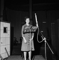 """Mady Mesplé (1931-2020), French opera singer. Mondiophony recording of the """"Contes d'Hoffmann"""" of Jacques Offenbach. Paris, January 1965. © Claude Poirier / Roger-Viollet"""