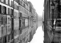 Floods in Paris, 1910. The rue Surcouf (VIIth arrondissement).   © Jacques Boyer/Roger-Viollet
