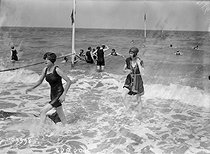 The beach of Deauville (France), 1920. © Maurice-Louis Branger / Roger-Viollet