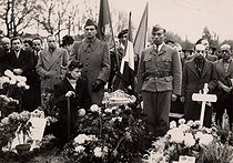 Mélinée Manouchian (1913-1989), Armenian resistance fighter who became French at the time of the Liberation, during a ceremony at the cemetery of Ivry-sur-Seine (France). © Archives Manouchian / Roger-Viollet