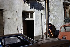 Personne âgée et sa baguette à Belleville. Paris (XXème arr.), janvier 1976. Photographie de Léon Claude Vénézia (1941-2013). © Léon Claude Vénézia/Roger-Viollet