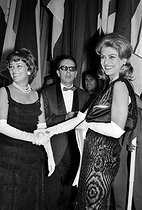 Jeanne Moreau (1928-2017), French actress, and Melina Mercouri (1920-1994), Greek actress and politician, prize-winners of the Price for feminine interpretation in the Cannes film festival of 1960. Centre : Robert Favre Le Bret (1904-1987), French journalist and head of the Cannes Film Festival. © Roger-Viollet