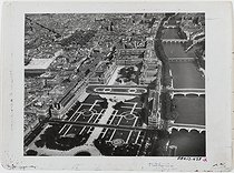 The Louvre Palace and the Carrousel garden. Paris (Ist and IInd arrondissements). Oblique airview southeastwards. Area: rue de Turbigo, Saint-Eustache church, rue des Pyramides, rue de Rivoli, Tuileries garden, quai des Tuileries, former rue Paul Déroulède (current avenue du Général Lemonnier), Pont-Royal, Carrousel garden, pont du Carrousel, place du Carrousel, Pont-des-Arts, Louvre Palace, Pont-Neuf, quai du Louvre. Ile de la Cité, the Halles Centrales. 1948. Photograph by Roger Henrard (1900-1975). Paris, musée Carnavalet.  © Roger Henrard / Musée Carnavalet / Roger-Viollet