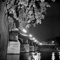 Paris Ist and VIth districts. The Pont-Neuf, the night. 1965-1970. © Roger-Viollet