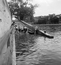 People swimming in the river Seine. Paris, Summer 1948. Photograph by Marcel Cerf (1911-2010). Bibliothèque historique de la Ville de Paris.  © Marcel Cerf/BHVP/Roger-Viollet