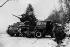 Guerre 1939-1945. Troupes américaines rejoignant leur jeep préalablement laissée à l'abri d'un tank Sherman lors de la bataille des Ardennes. Luxembourg, décembre 1944-janvier 1945. © TopFoto / Roger-Viollet