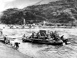 Militaires chinois construisant un pont au-dessus d'un torrent après leur invasion au Tibet, 1950. © TopFoto/Roger-Viollet