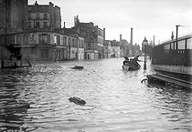 Flood of the Seine. In a small boat, bank of the Rapée. Paris,1910.  © Jacques Boyer/Roger-Viollet