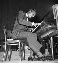 "Nat ""King"" Cole (1919-1965), American jazz pianist and singer. © Roger-Viollet"