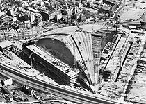 The Palais de la Défense, the CNIT, in construction. 1958. Zerhfuss, Camelot and de Mailly, architects (1957-59).   © Roger-Viollet