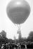 Ascension d'un ballon. Paris, Jardin d'acclimatation, vers 1900.      © Collection Roger-Viollet/Roger-Viollet