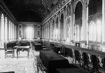 Castle of Versailles (Yvelines). The hall of mirrors fitted out for the signature of the treaty of Versailles. June 1919. © Albert Harlingue/Roger-Viollet