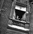Colette (1873-1954), écrivain français, à sa fenêtre. © Pierre Jahan/Roger-Viollet