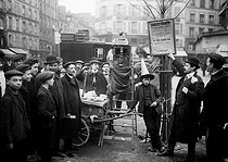 Street peddler using an X-ray machine to predict the future. Paris, 1909. © Jacques Boyer / Roger-Viollet