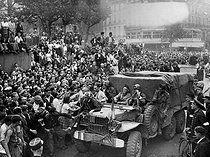 World War II. Liberation of Paris. Triumphal arrival of the troops from the 2nd Armored Division commanded by General Leclerc. Paris, on August 25, 1944. © LAPI/Roger-Viollet