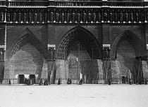 World War I. Notre-Dame de Paris Cathedral protected from bombings. Paris, 1918. © Maurice-Louis Branger / Roger-Viollet