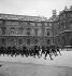 Guerre 1939-1945. Libération de Paris. Prisonniers allemands à l'extérieur du palais du Louvre (cour Carrée). Paris (Ier arr.), 25 août 1944 vers 16 h. Photographie de Jean Roubier (1896-1981). © Fonds Jean Roubier/Roger-Vio