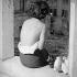 Femme ayant des traces de brûlures sur le dos et le bras, dues à l'explosion de la bombe atomique. Hiroshima (Japon), 1960.  © Fosco Maraini/Alinari/Roger-Viollet