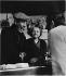 Discussion entre un client et les patrons dans un bistrot. Rue de la Mare, Paris (XXème arr.), 1967. Photographie de Léon Claude Vénézia (1941-2013). © Léon Claude Vénézia / Roger-Viollet