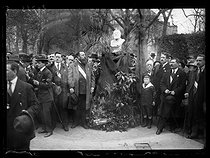 """Rally in memory of Jean Jaurès (1859-1914), French politician, after the acquittal of his assassin, Raoul Villain (1885-1936). Officials in front of the bust of Jaurès. Paris, on April 6, 1919. Photograph published in the newspaper """"Excelsior"""" on Monday, April 7, 1919. © Excelsior – L'Equipe/Roger-Viollet"""
