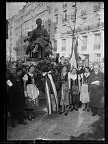 """Members of the Hungarian colony settled in Paris, at the statue of Alphonse de Lamartine (1790-1869), French poet and politician, at the Lamartine park. Paris (XVIth arrondissement), on March 18, 1939. Photograph from the collections of the newspaper """"Excelsior"""". © Excelsior – L'Equipe/Roger-Viollet"""