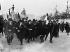 Les élèves des lycées manifestant leur joie, place de la Concorde, à Paris, lors de l'armistice du 11 novembre 1918. © Maurice-Louis Branger / Roger-Viollet