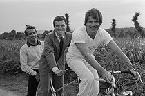 "Gilles Pernet, French journalist at L'Equipe, Bernard Hinault and Bernard Tapie, at the time of purchase of the brands ""Look"" and ""La Vie Claire"". © Roger-Viollet"