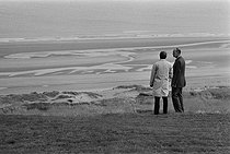 Jimmy Carter (born in 1924), President of the United States, and Valéry Giscard d'Estaing (born in 1926), President of the French Republic, visiting the beaches of the D-Day landing sites in Normandy (France), 1977. © Jacques Cuinières / Roger-Viollet
