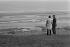 Jimmy Carter (né en 1924), président des Etats-Unis, et Valéry Giscard d'Estaing (né en 1926), président de la République française, visitant les plages où eut lieu le débarquement des Alliés en 1944. Normandie, 1977. © Jacques Cuinières / Roger-Viollet