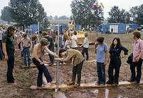 Participants au festival de Woodstock faisant la queue aux points d'eau. Bethel (Etats-Unis), août 1969.  © John Dominis / The Image Works / Roger-Viollet