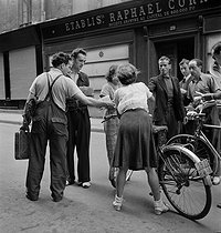 World War II. Liberation of Paris. Beginning of the Parisian insurrection. Distribution of leaflets announcing the publication of the first Free France newspaper. Paris (IInd arrondissement), Rue du Mail, August 21, 1944. Photograph by Jean Roubier (1896-1981). © Fonds Jean Roubier/Roger-Vio