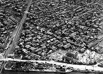Aerial view of houses a few weeks after the dropping of the atomic bomb. Hisroshima (Japan). © Bilderwelt/Roger-Viollet