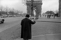 The announcement of John Fitzgerald Kennedy's murder. A Parisian reading a newspaper on the Champs-Elysées. Paris, on November 23, 1963. © Roger-Viollet