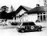 Maison George Harisson et de sa femme Patti Boyd décorée de façon psychédélique. La voiture Mini est aussi décorée. 19 mars 1969.  © TopFoto/Roger-Viollet