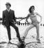 """""""Chapeau melon et bottes de cuir"""" (The Avengers), série télévisée britannique. Patrick Macnee et Diana Rigg, 1965. © TopFoto/Roger-Viollet"""