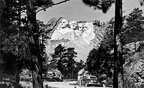 Gutzon Borglum (1867-1941). Oeuvre terminée du Mont Rushmore représentant quatre hommes d'Etat américains : George Washington, Thomas Jefferson, Theodore Roosevelt et Abraham Lincoln. Dakota du Sud (Etats-Unis), vers 1941. © Underwood Archives / The Image Works / Roger-Viollet