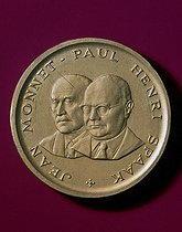 Medal bearing the effigy of the builders of Europe : Jean Monnet (1888-1979), French economist and diplomat, and Paul-Henri Spaak (1889-1972), Belgian statesman, 1972. © Roger-Viollet
