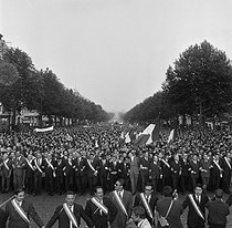 Events of May-June 1968. Demonstration of the Committees for the Defence of the Republic, on the Champs-Elysées. Among the personalities : Michel Poniatowski, Jacques Baumel, Robert Boulin, Philippe Dechartre, Pierre Lefranc, Jacques Foccart, Robert Poujade, Pierre Billotte, Maurice Schumann, Michel Debré, André Malraux and François-Marie Banier. Paris, on May 30, 1968. © LAPI / Roger-Viollet