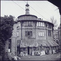 """The """"Ruche"""", artists' home. View from behind. Paris. Photograph by Walter Limot (1902-1984). Paris, musée Carnavalet. © Walter Limot / Musée Carnavalet / Roger-Viollet"""