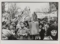 Manifestation du 8 mars 1980, place de la République, à l'occasion de la journée internationale des femmes. Paris, 8 mars 1980. Photographie de Catherine Deudon (née en 1940). Paris, Bibliothèque Marguerite Durand. © Catherine Deudon/Bibliothèque Marguerite Durand/Roger-Viollet