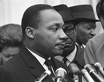 Martin Luther King (1929-1968), pasteur américain et leader pour les droits civiques, donnant une conférence de presse après sa rencontre avec le président Lyndon B. Johnson à la Maison Blanche. Washington D.C. (Etats-Unis), 3 décembre 1963. Photographie de Warren K. Leffler. © Warren K. Leffler/Underwood Archives / The Image Works / Roger-Viollet