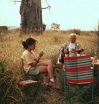 Charlie Chaplin (1889-1977), British actor and director, having a picnic with his daughter Geraldine (born in 1944), in Africa.  © Roger-Viollet